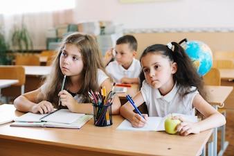 Escolares, estudiar, sala de clase, sentado, escritorios