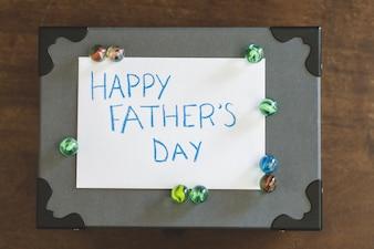 Escrito para el día del padre sobre una caja con mármoles