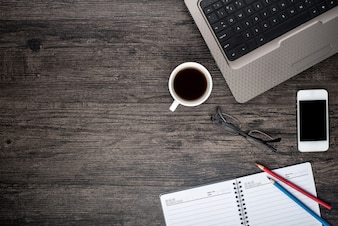 Escritorio con una computadora portátil, una taza de café y un calendario