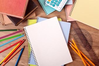 Escritorio de estudiante con accesorios