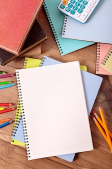 Escritorio de estudiante universitario con cuaderno abierto