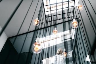 Esferas colgando en el hueco de la escalera