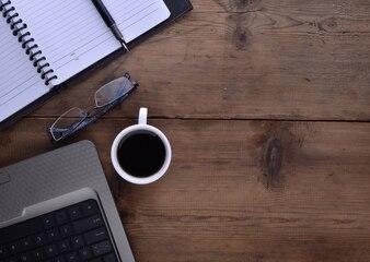 Espacio de trabajo con libreta café y portátil