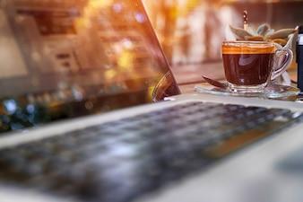Espacio de trabajo con portátil moderno