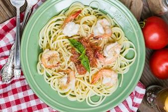 Espagueti rojo fresco ajo alimento