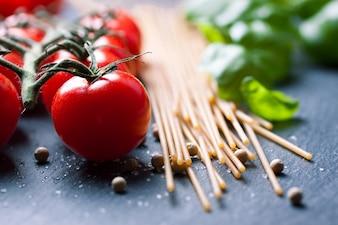 Espaguetis con tomates naturales