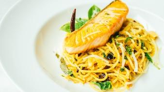 Espaguetis y pasta con filete de salmón