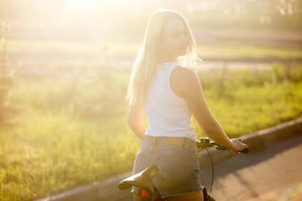 Espalda de una chica rubia montando en bici