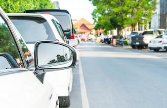 Espejo retrovisor lateral en un coche moderno