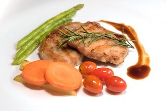 Estaca de carne frita con verduras