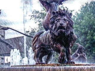 Estatua de león blanco