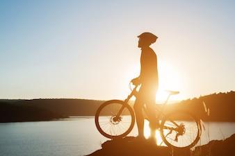 Estilo de vida ciclista adolescente joven de la aptitud