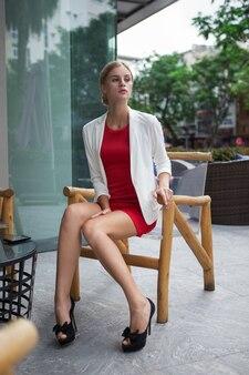 Estilo Mujer seria joven en café al aire libre