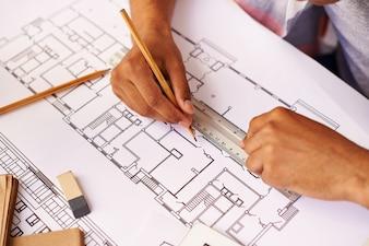 Estudiante diseñando un plano