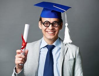 Estudiante mostrando su diploma