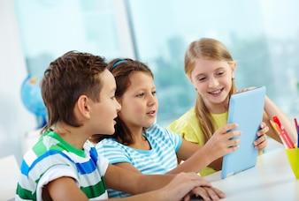 Estudiante mostrando su nueva tableta digital