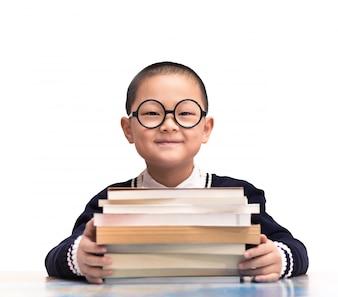 Estudiante sonriente sentado con sus libros