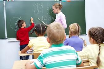 Estudiante y maestra en la pizarra