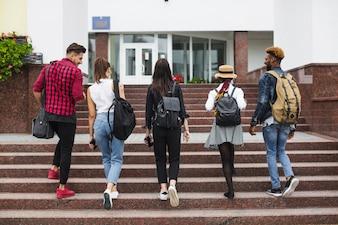Estudiantes anónimos subiendo escaleras