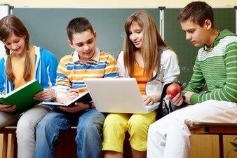 Estudiantes pasando el tiempo libre en clase