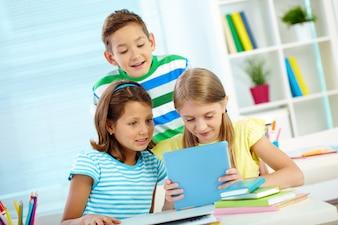Estudiantes prestando atención a la tableta digital