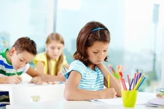 Estudiantes trabajando duro en clase