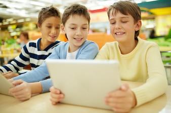 Estudiantes usando los ordenadores en su tiempo libre