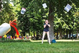 Excitado niña y libro volando en el aire