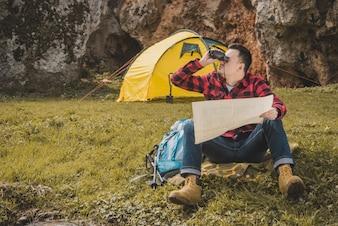 Excursionista con mapa y prismáticos