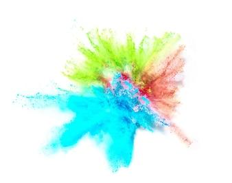 Explosión de polvo de color sobre fondo blanco