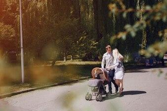 Familia cariñosa pasando la tarde en el parque