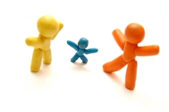 Familia de colores hecha con plastilina