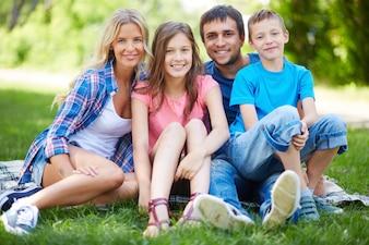 Familia descansando en el césped