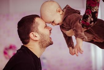 Familia feliz divirtiéndose con un niño