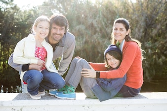 Familia feliz pasando el día juntos