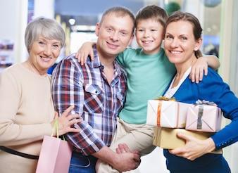 Familia feliz sujetando regalos