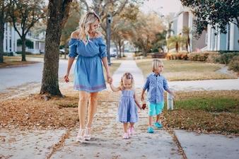 Familia joven en la calle