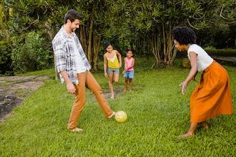 Familia jugando al fútbol