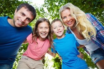 Familia saludable riendo