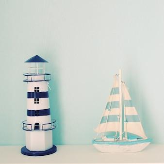 Faro y modelo de barco para decorado en la habitación con efecto de filtro retro