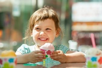 Feliz 3 años chica comiendo helado
