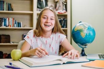 Feliz chica casual con el libro