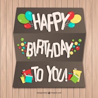 Feliz cumpleaños tarjeta de papel en la pared de madera