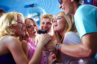 Feliz grupo de amigos divirtiéndose