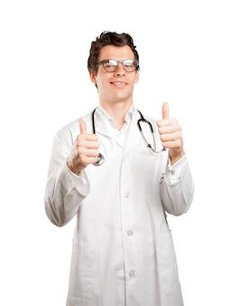 Feliz médico con gesto bien sobre fondo blanco