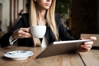 Feliz mujer de negocios de estilo de vida de café