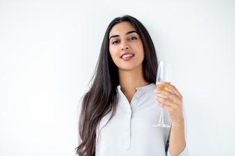 Feliz mujer que sostiene la copa de champán latinoamericano