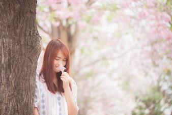 Feliz mujer, viajero, relajarse, sentir, libre, cereza, flores, o, sakura, flor, árbol, vacaciones