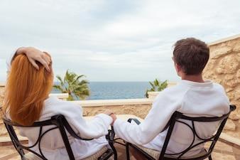 Feliz pareja de jóvenes disfrutando de las vacaciones