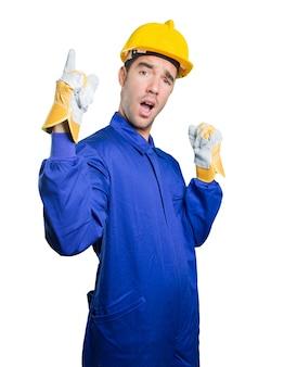 Feliz trabajador con el número uno gesto sobre fondo blanco